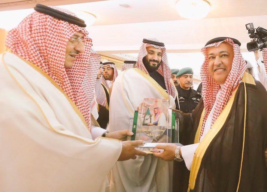نائب خادم الحرمين الشريفين يستلم درع تذكاري من رئيس الاتصالات السعودية